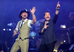 Tim McGraw and Lionel Richie perform together